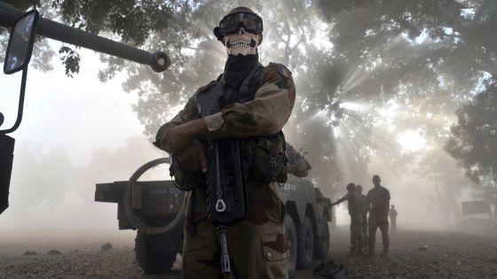 El soldado francés, cubierto con un pañuelo con forma de calavera. / ISSOUF SANOGO (AFP)