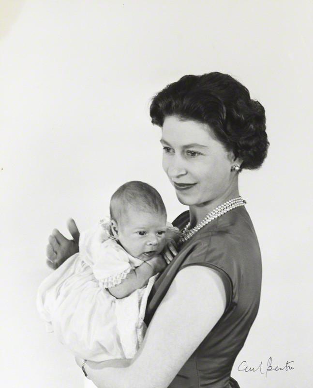 La reina de Inglaterra posa con el príncipe Andrés (Foto: Cecil Beaton)