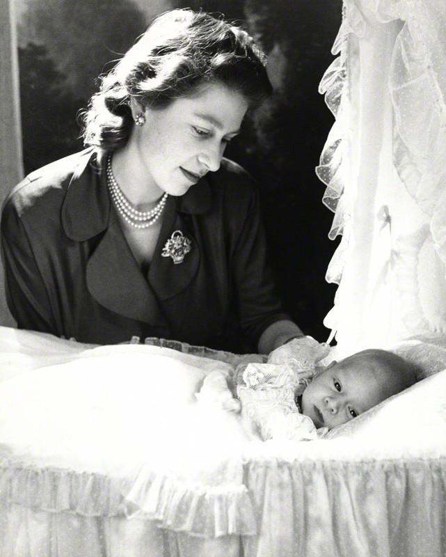La reina Isabel II de Inglaterra con el príncipe Carlos (Foto: Cecil Beaton)