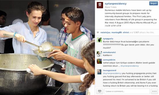 Asma Al Assad reparte comida entre desplazados, según el pie de la foto.