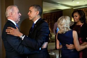 El abrazo entre los Obama y los Biden./ Pete Souza (Casa Blanca)