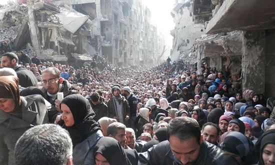 Distribución de ayuda en el campo de refugiados palestino en Yarmouk, en febrero de 2014. Foto UNRWA