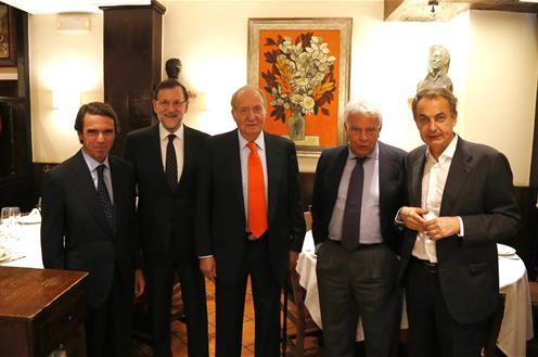 Foto distribuida por La Moncloa de la cena del rey Juan Carlos I con los presidentes.